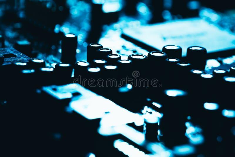 Материнская плата компьютера в голубом темном конце-вверх предпосылки стоковые фотографии rf