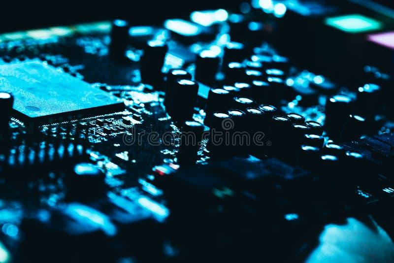 Материнская плата компьютера в голубом темном конце-вверх предпосылки стоковая фотография rf
