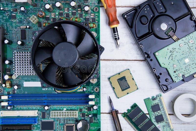 Материнская плата компьютера, части компьютера, жёсткий диск, Ram и equipme стоковые изображения rf