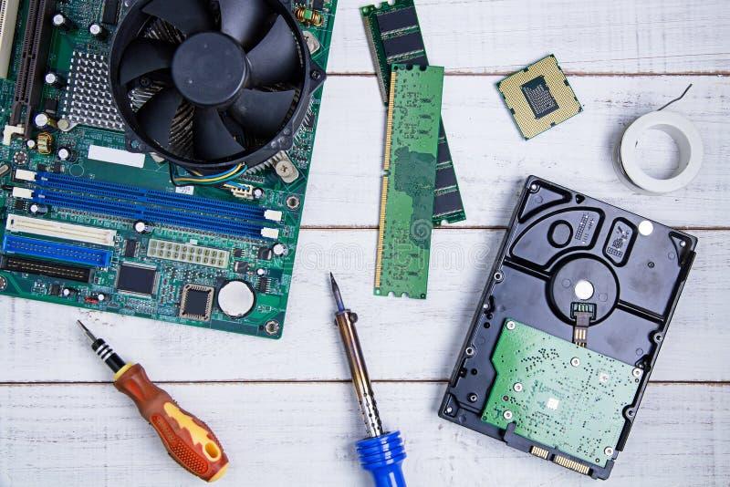 Материнская плата компьютера, части компьютера, жёсткий диск, Ram и equipme стоковые фото