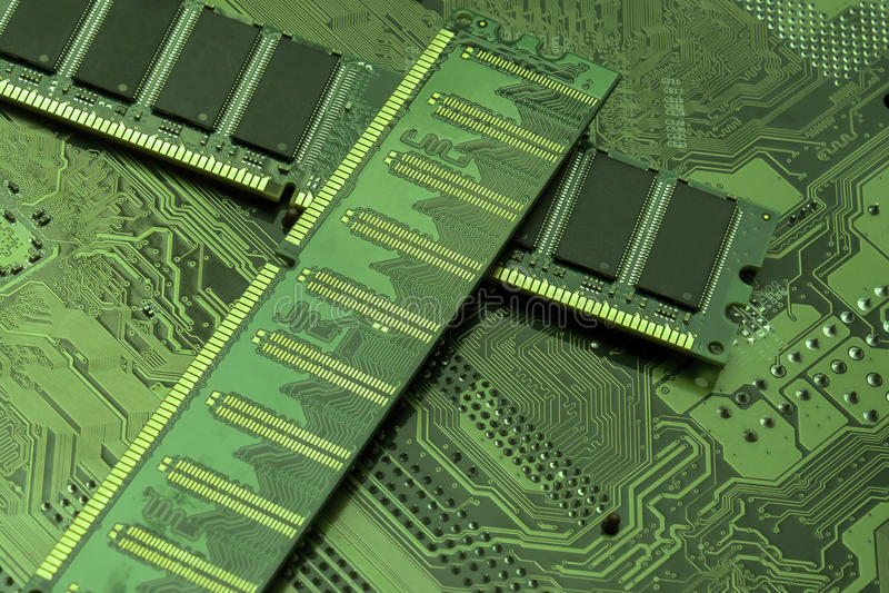 Материнская плата компьютерного оборудования и обломок оперативной памяти стоковая фотография rf