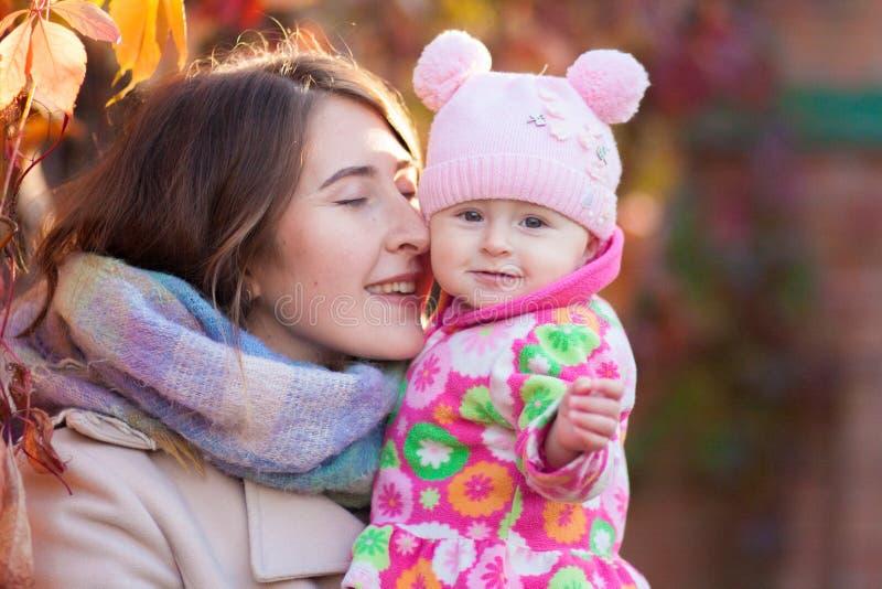 Материнский поцелуй Мама и дочь стоковое изображение