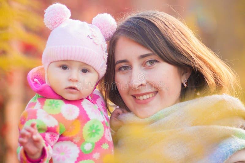 материнство Мама и дочь дальше стоковое фото