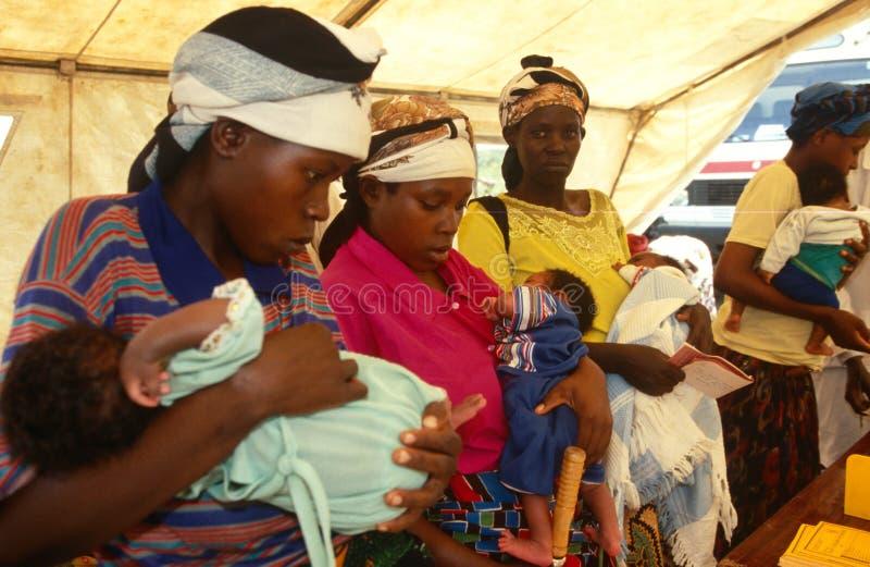Матери и младенцы на передвижной клинике здоровья, Руанда стоковая фотография rf