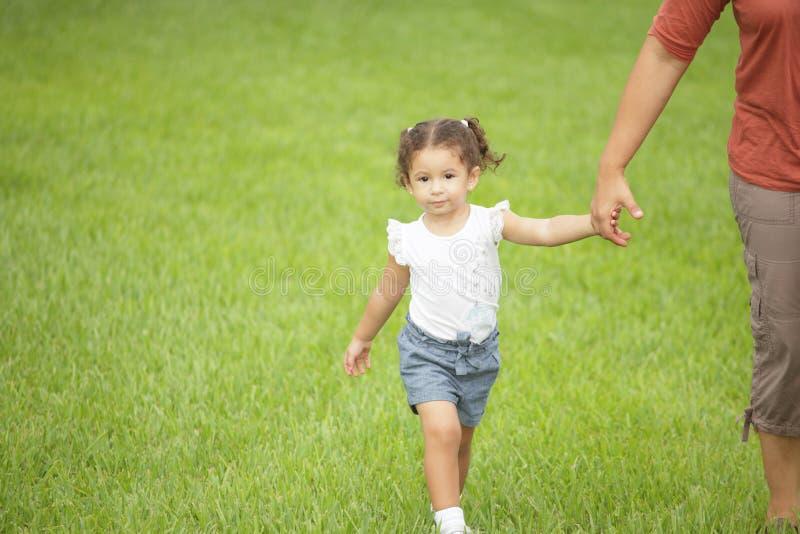 мати удерживания руки ребенка стоковое изображение