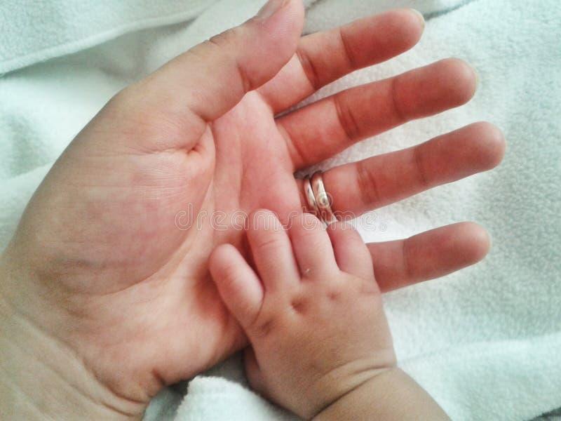 мати удерживания руки младенца стоковые фотографии rf