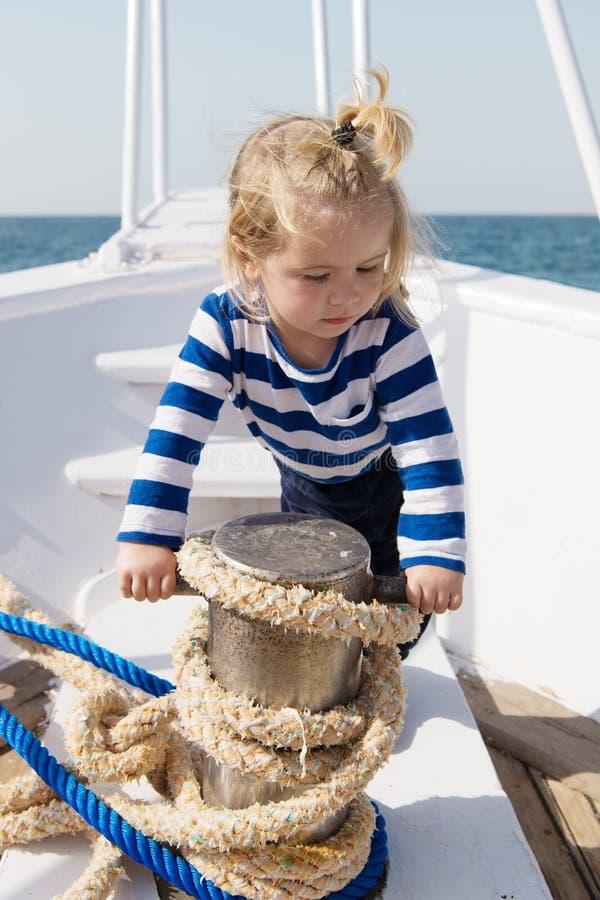 Матрос ребенка Матрос мальчика путешествуя море E r стоковое фото
