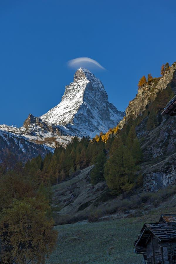Маттерхорн покрыл с малым облаком, кантоном Вале, Альпов стоковые изображения rf