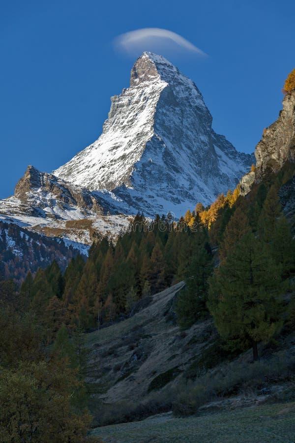Маттерхорн покрыл с малым облаком, Швейцарией стоковые изображения