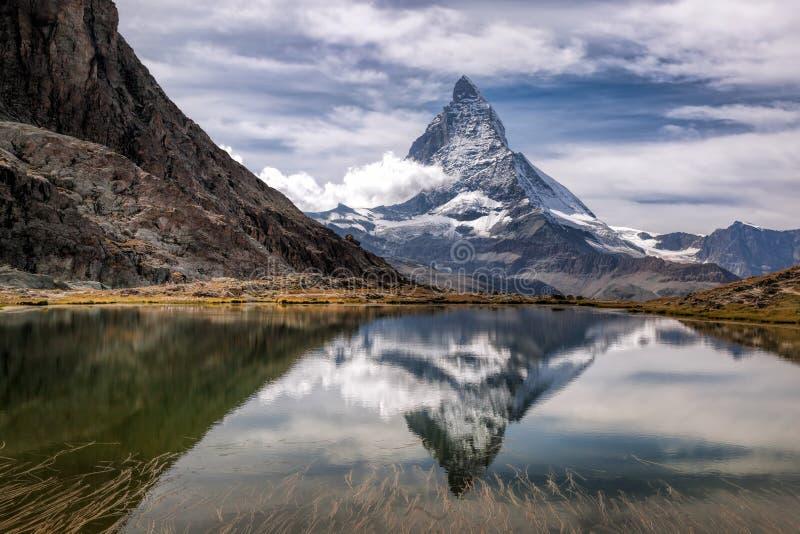 Маттерхорн с relfection в Riffelsee, Zermatt, Швейцарии стоковое изображение rf