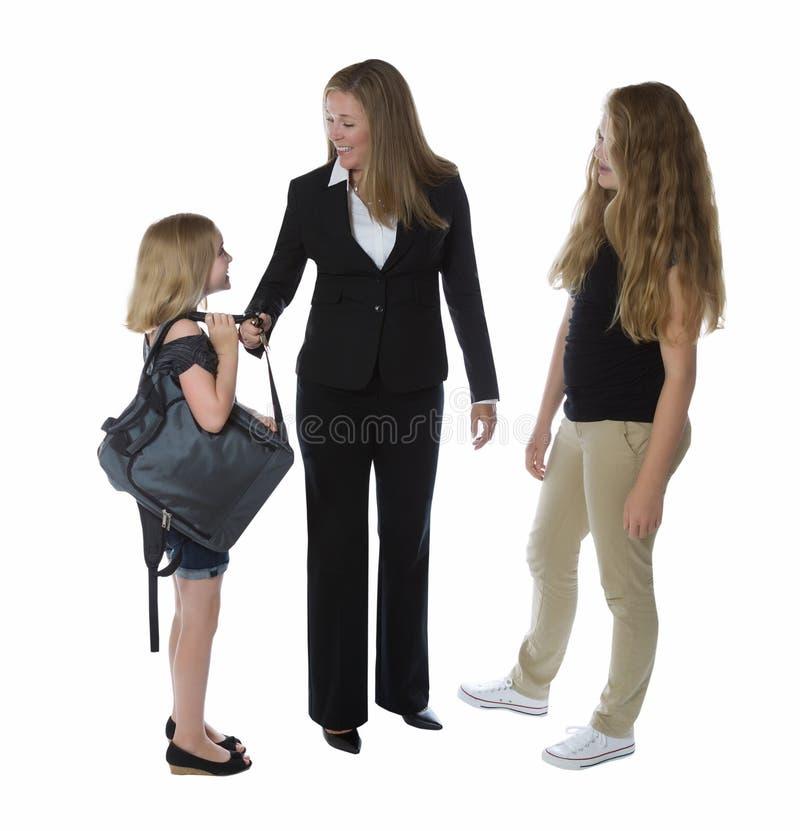 Мать будучи приветствованным ее дочерьми после того как она получит дом от w стоковое фото