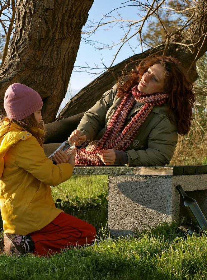 мать выпитая ребенком стоковое фото rf