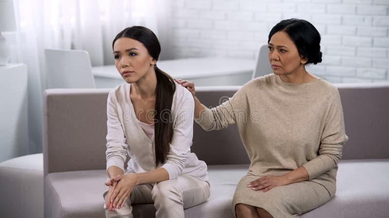 Мать выражает соболезнование к дочери, поддержке близкого друга, семье стоковая фотография
