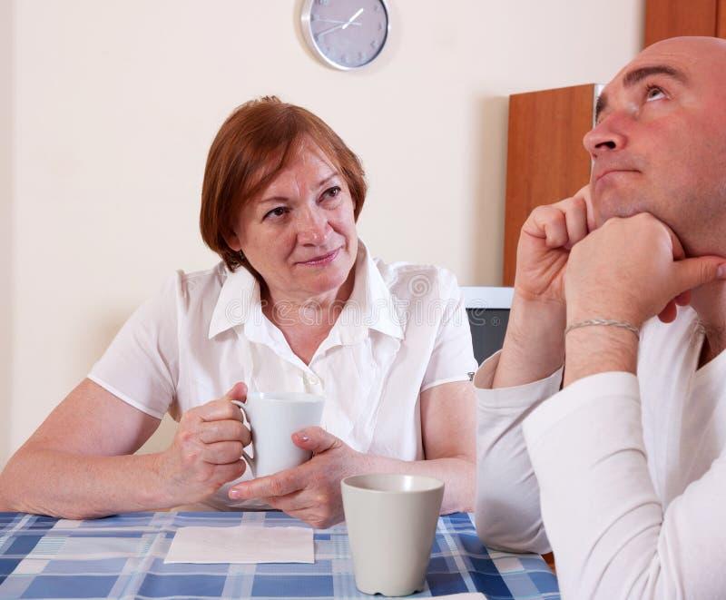 Мать говорит сыну стоковое фото rf
