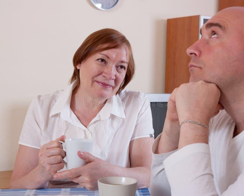 Мать говорит сыну стоковое изображение rf