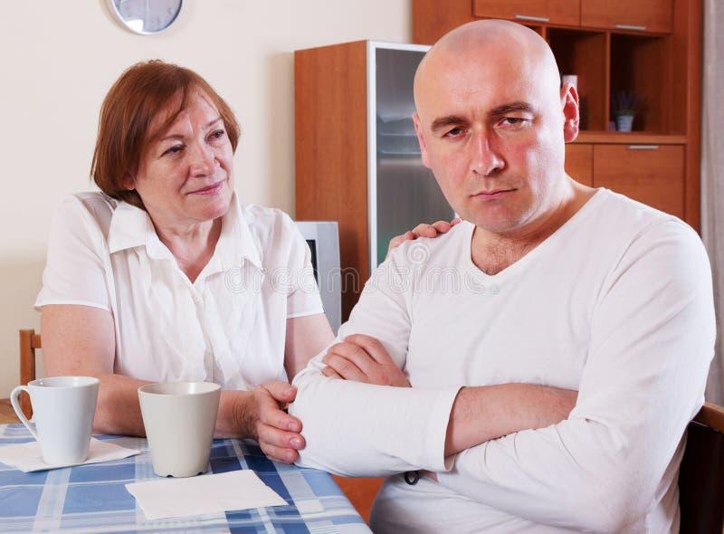Мать говорит сыну стоковая фотография rf