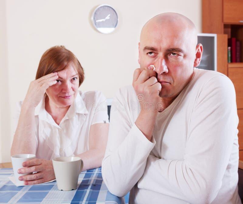 Мать говорит сыну стоковое изображение