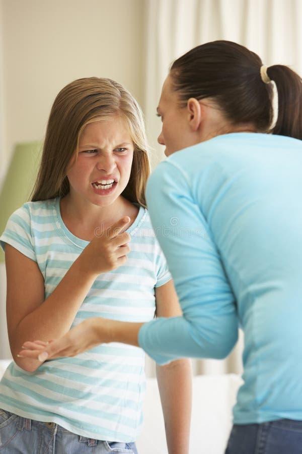 Мать говоря с дочери дома стоковые фото