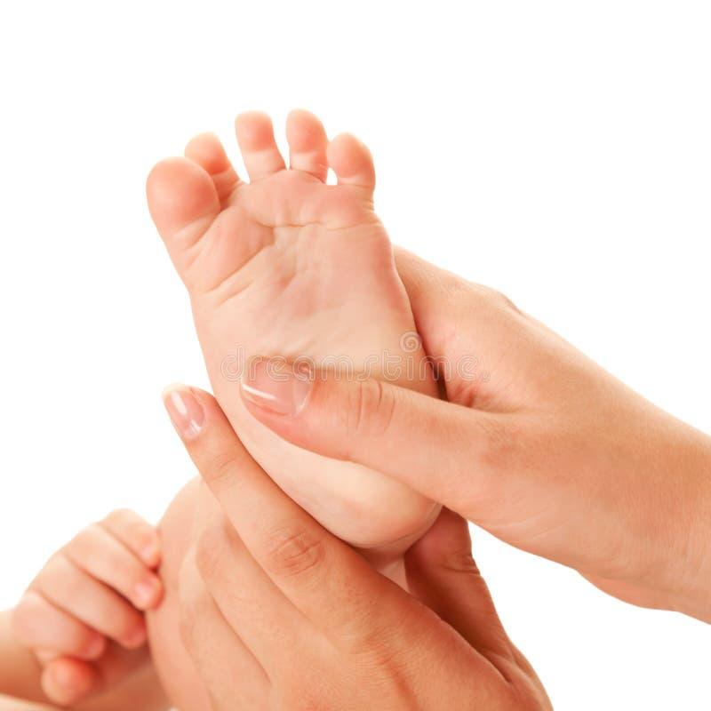 Мать делая массаж ноги младенца. стоковая фотография rf
