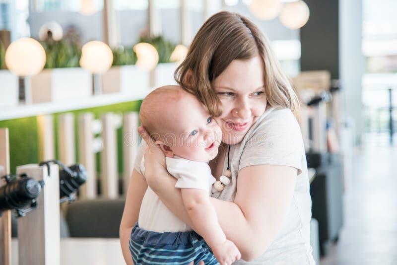 Мать держа ее сына младенца стоковая фотография