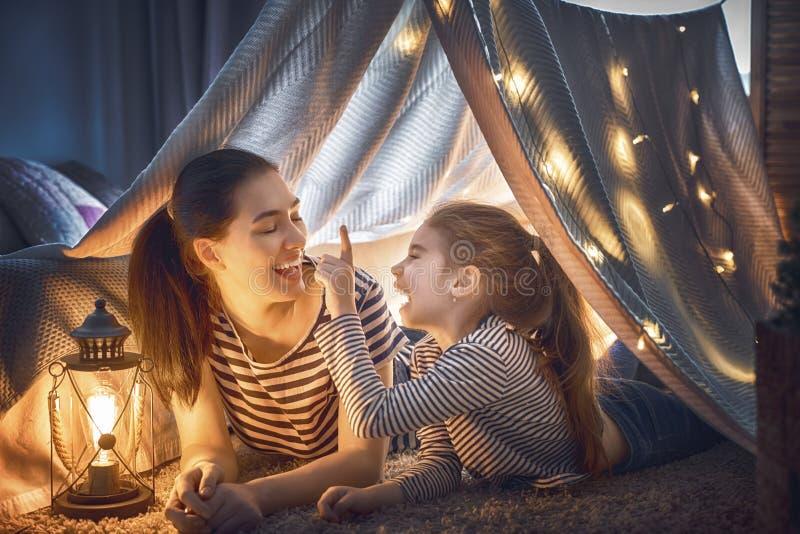 мать дочи играя шатер стоковая фотография rf