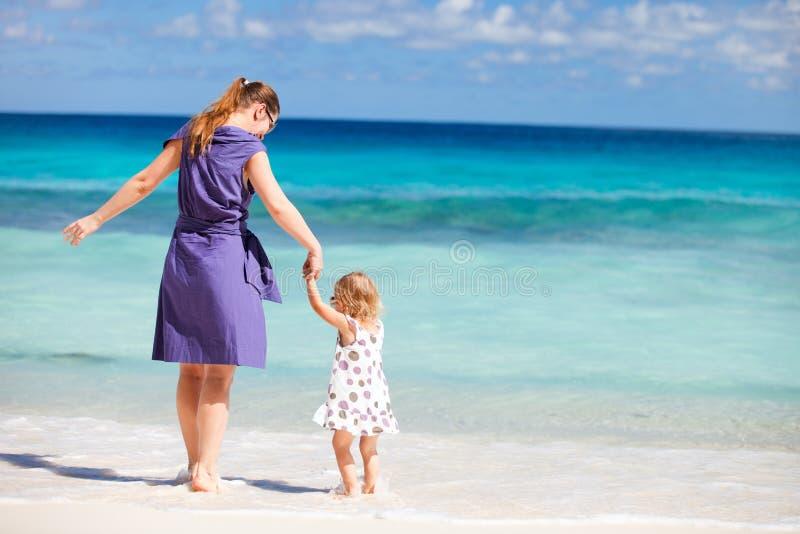 мать дочи пляжа стоковое изображение rf