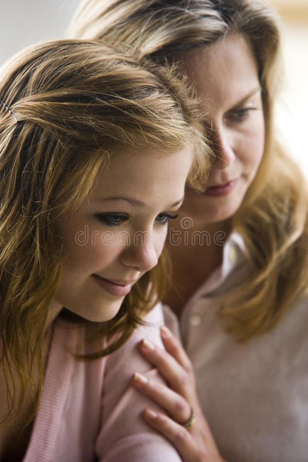мать дочи предназначенная для подростков стоковые фото