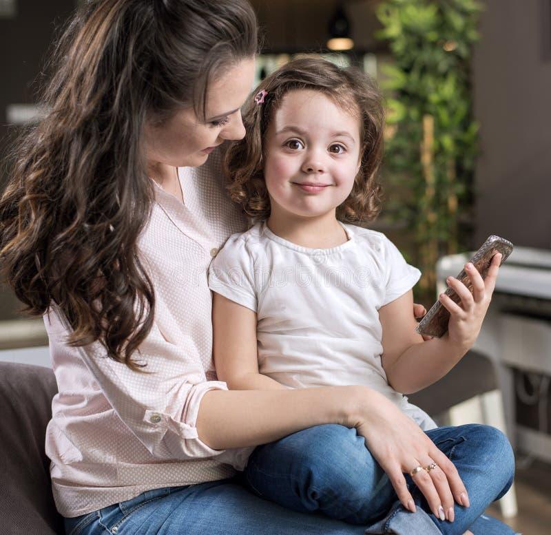 мать дочи счастливая домашняя стоковые фотографии rf