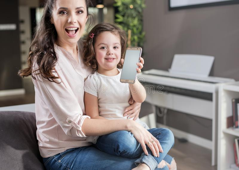 мать дочи счастливая домашняя стоковые изображения