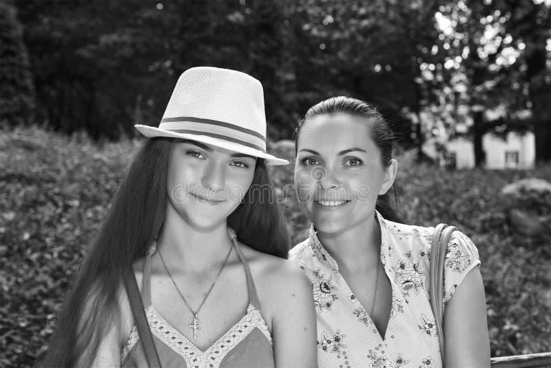 Мать, дочь - подросток, счастливый, усмехающся, идя, парк города, стоковое фото rf