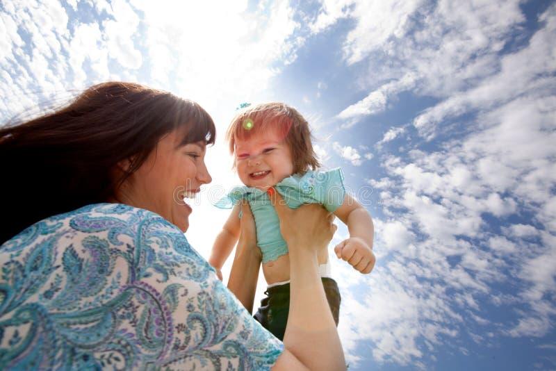 Мать держа дочь в воздухе стоковые фотографии rf