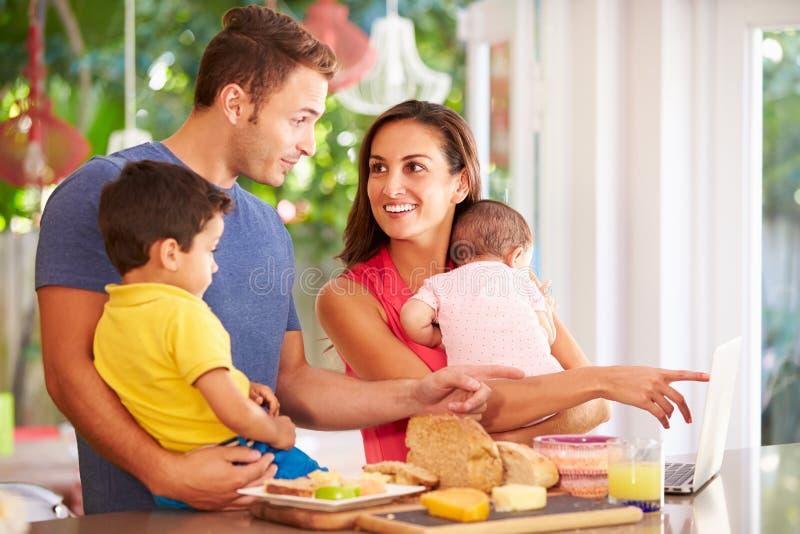 Мать делая закуску для семьи в кухне стоковые изображения