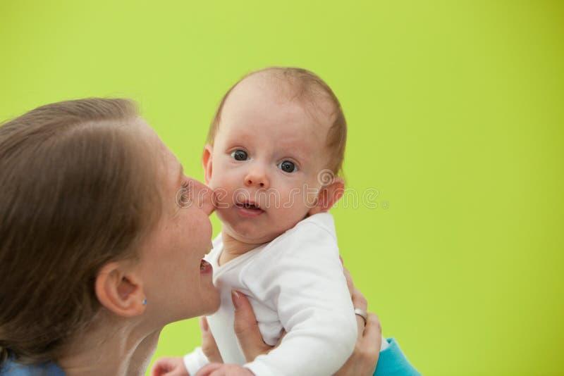 Мать играя с ее красивым маленьким младенцем стоковое изображение