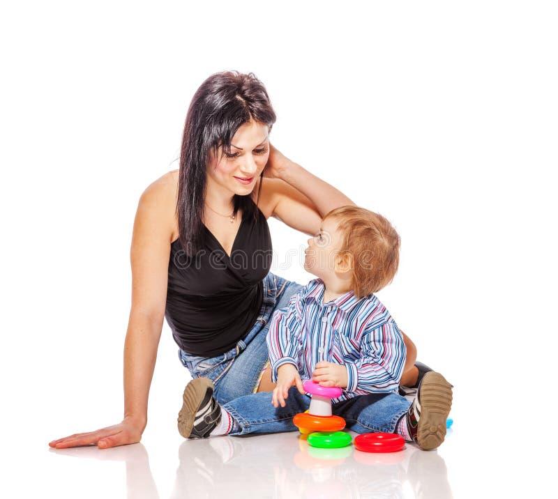 Мать играя с сынком стоковые изображения rf