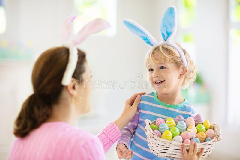 Мать и дети, пасхальные яйца расцветки семьи стоковая фотография rf