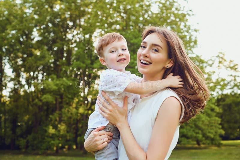 Мать и детская игра обнимая в парке стоковая фотография rf