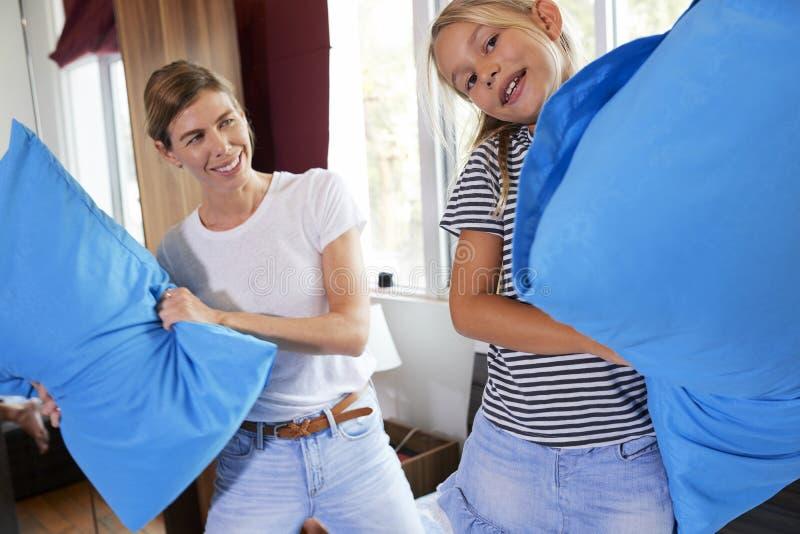 Мать и дочь воюя с подушками стоковые фотографии rf