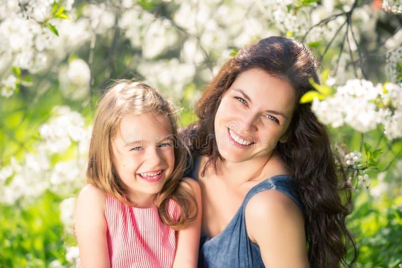 Мать и дочь в солнечном парке стоковая фотография rf