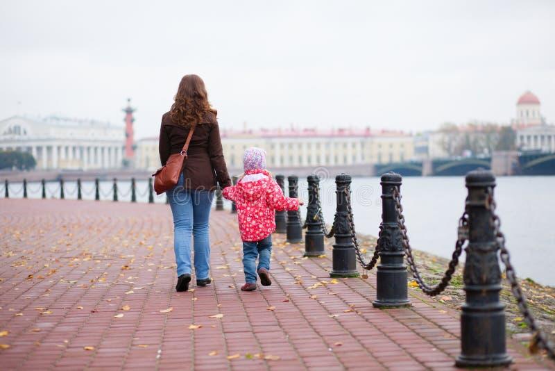 Мать и дочь в Ст Петерсбург стоковая фотография rf