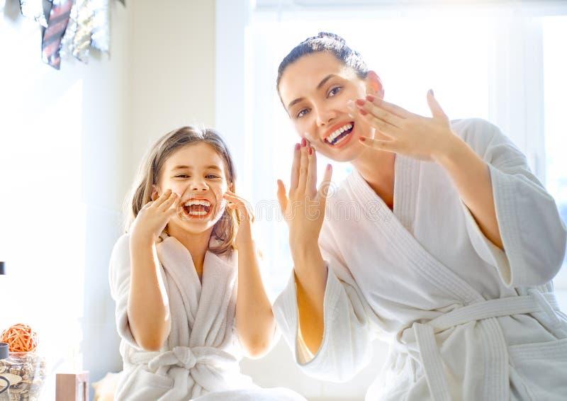 Мать и дочь заботя для кожи стоковое фото rf