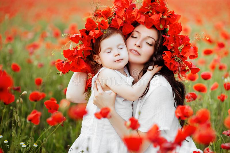 Мать и дочь играя в поле цветка стоковая фотография rf