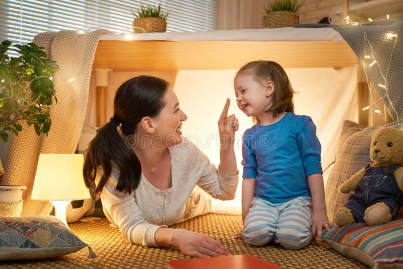 Мать и дочь играя в шатре стоковое изображение