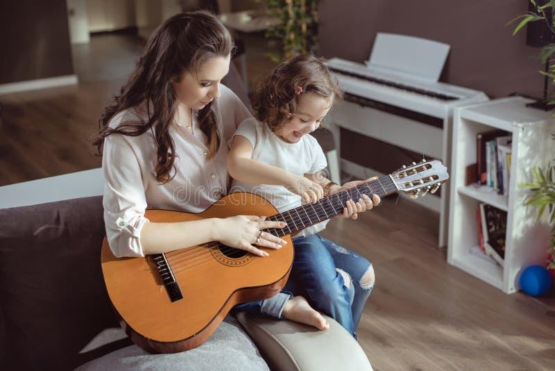 Мать и дочь играя гитару стоковая фотография rf