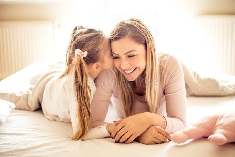 Мать и дочь имеют красивые утра стоковое фото