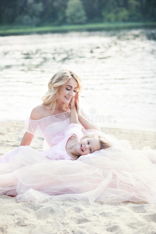Мать и дочь имея нежные моменты на открытом воздухе Мама наслаждаясь временем с ее ребенк в празднике каникул Образ жизни семьи,  стоковые фотографии rf