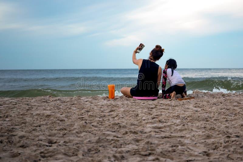 Мать и дочь наслаждаясь каникулами фотографируя на pho клетки стоковые фото