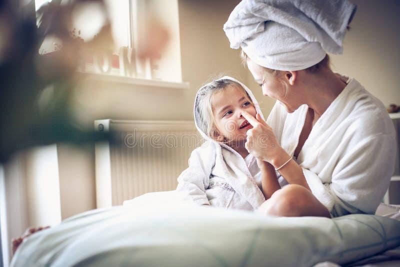 Мать и дочь после ванны имеют играть стоковое фото rf