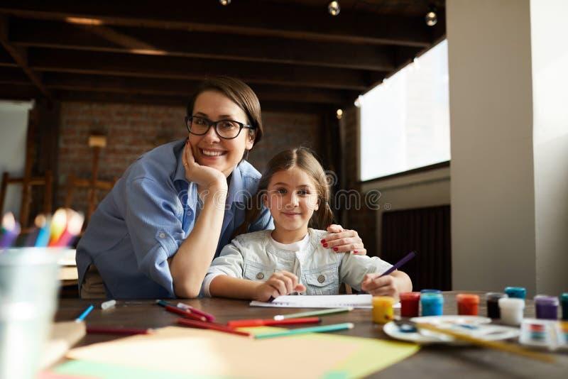 Мать и дочь представляя дома стоковые фото