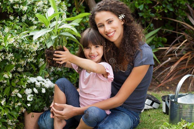 Мать и дочь работая совместно стоковая фотография rf