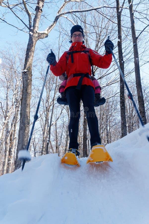 Мать и дочь snowshoeing совместно стоковые изображения rf